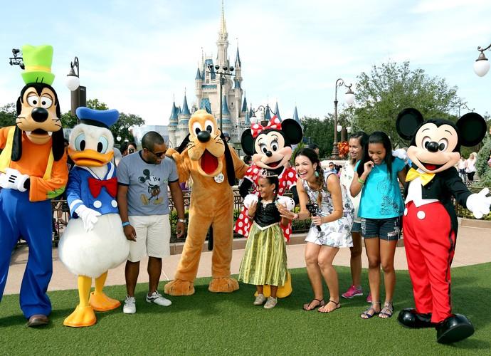 Patricia Poeta e família encontro personagens da Disney (Foto: Gregg Newton/ Divulgação)