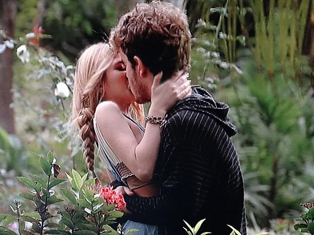 Sidney pega Sofia de surpresa e beija a gata (Foto: Malhação / TV Globo)