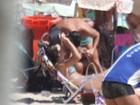 Na praia, filha de Renato Gaúcho ganha selinho de moreno