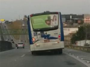 Flagrante de ônibus torto em Campinas (Foto: Reprodução EPTV)