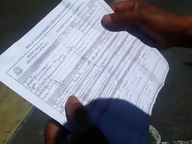 Vigilante mostra notificação de ocorrência que recebeu após falha no sistema de registros de boletins nas delegacias de São Paulo (Foto: Tatiana Santiago/G1)