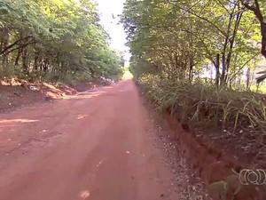 Cozinheira foi baleada e queimada em estrada em Abadia de Goiás (Foto: Reprodução/ TV Anhanguera)