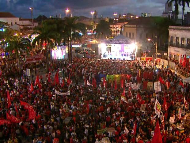 Dilma discursou em cima de palanque montado no Pátio do Carmo por cerca de 30 minutos (Foto: Reprodução/TV Globo)