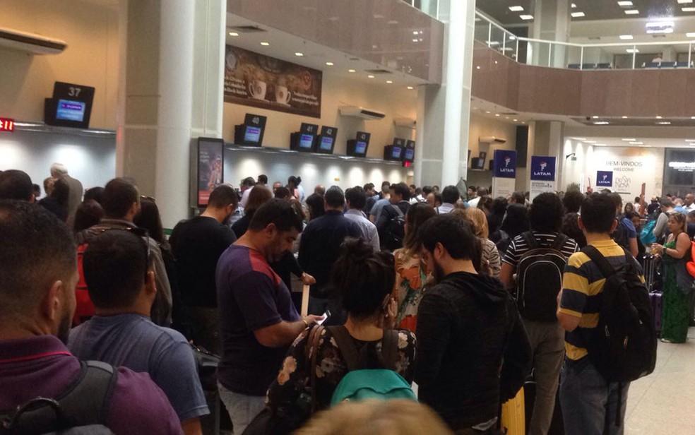 Saguão do Aeroporto Santos Dumont estava lotado por volta das 8h desta segunda (29) (Foto: Bruno Albernaz / G1)