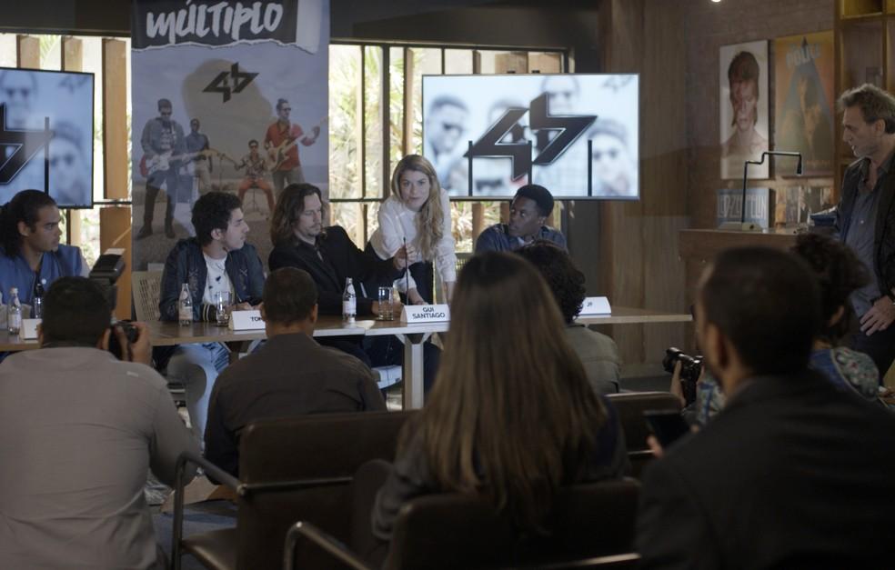 Zac não consegue chegar a tempo na entrevista da banda (Foto: TV Globo)