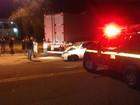 Carro bate em carreta e três pessoas ficam feridas em Valadares