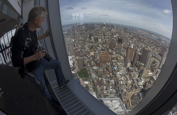 Fotógrafo observa a vista do mirante do One World Trade Center, em Nova York (Foto: Mike Segar/Reuters)