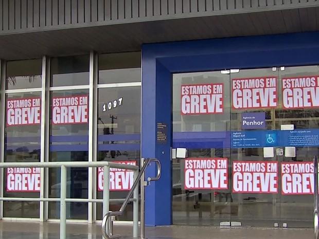 Bancários fazem greve em MT por reajuste salarial e melhores condições (Foto: Reprodução/TVCA)