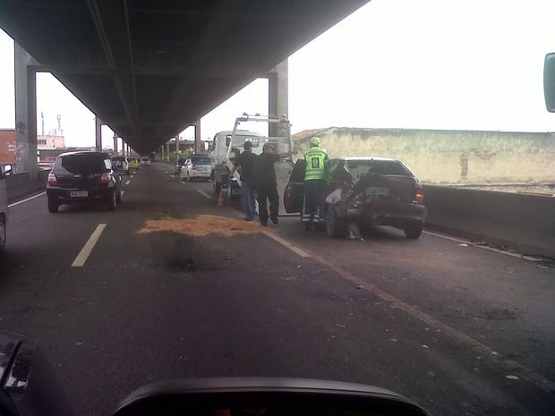 Agentes jogaram serragem na pista por conta do vazamento de óleo do veiculo (Foto: Carolina Lauriano/G1)