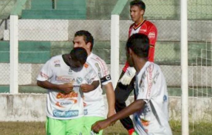 Gessé e Cabañas, no amistoso entre Tanabi e Grêmio Barueri (Foto: Marcos Lavezo)