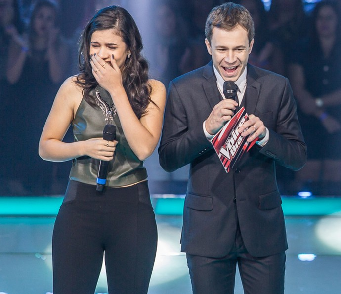 Amanda Lince toda toda depois de cantar com Fernanda Silva (Foto: Artur Meninea/Gshow)
