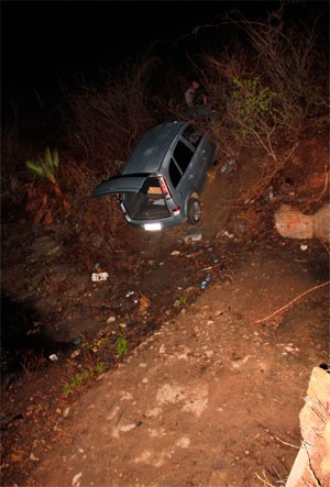 Carro caiu em barranco e duas pessoas morreram (Foto: Marcelino Neto)