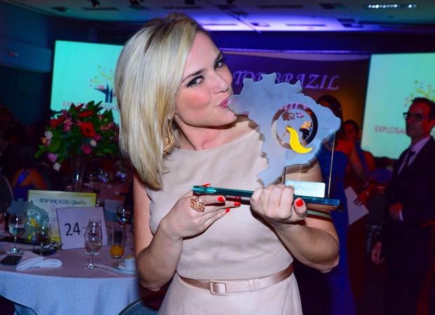 Natallia Rodrigues recebe o prêmio de melhor atriz por 'Caros Ouvintes' (Foto: Leo Franco / AgNews)