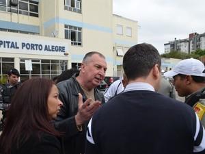 Policiais foram até local e conseguiram intermediram reunião com direção (Foto: Sindisaúde/Divulgação)