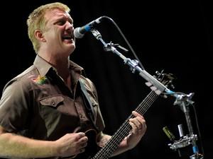 Josh Homme, vocalista do Queens of the Stone Age, toca no palco Cidade Jardim (Foto: Flávio Moraes/G1)