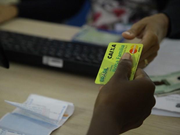 Beneficiário entrega cartão do Bolsa Família em São Luís (MA) (Foto: Flora Dolores / O Estado)