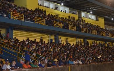 A cada lance de perigo do Leão, os torcedores se agitavam na arquibancada do Colosso do Tapajós (Foto: Sabina Rabelo/GloboEsporte.com)