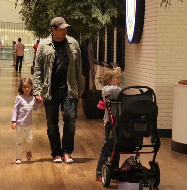 Thiago Lacerda com a familia em shopping (Foto: Marcus Pavão/Agnews)