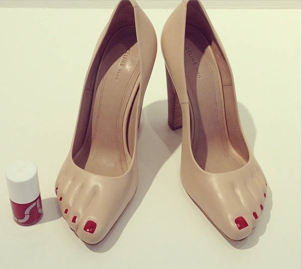 Descalça de salto alto. Surrealismo fashion da Céline (Foto: Divulgação)