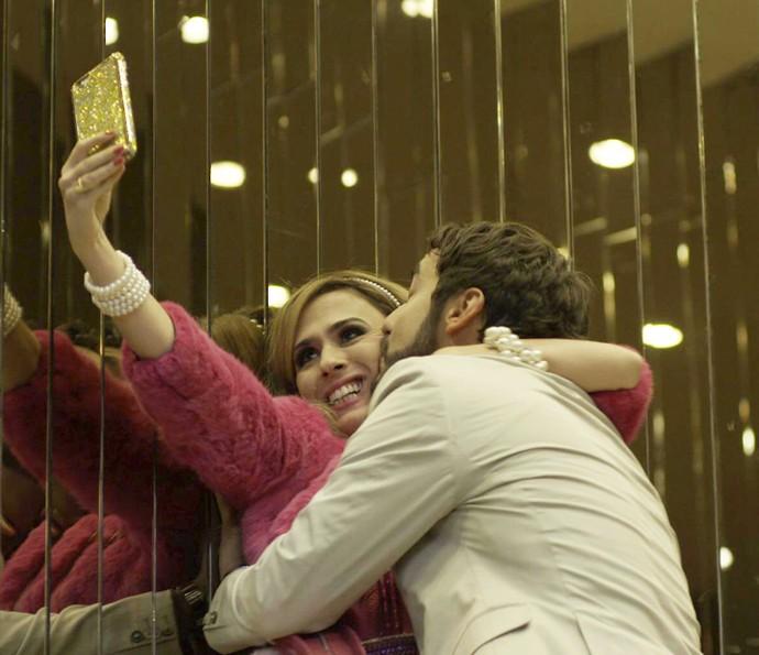 Fedora registra momento de intimidade com Leozinho (Foto: TV Globo)
