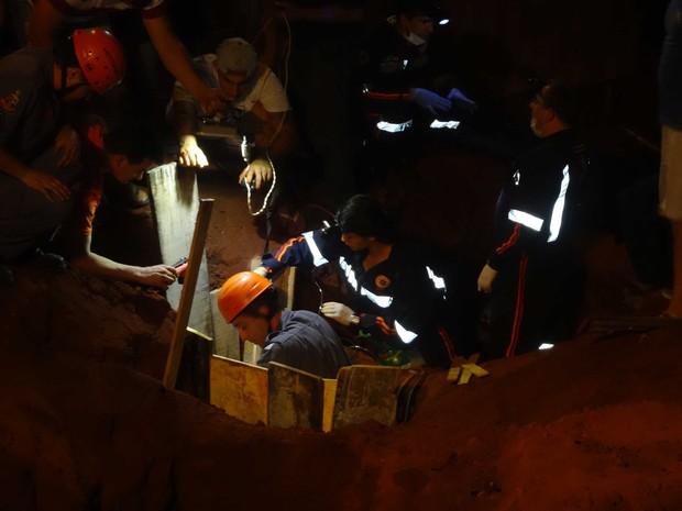 Operação de resgate durou mais de duas horas (Foto: José Carlos Bizaia/TV Super Ativa)