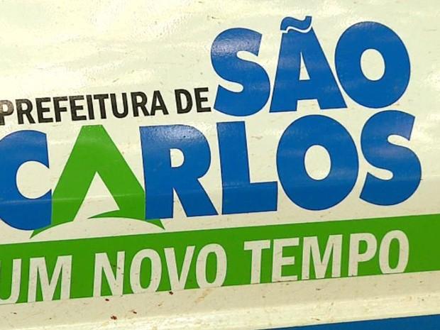 Logomarca com 'A' em destaque estaria promovendo nome de Altomani, prefeito de São Carlos (Foto: Reginaldo dos Santos/EPTV)