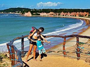 Ana Amaral com o filho Enzo em Tibau do Sul (RN) (Foto: Arquivo pessoal/Ana Amaral)