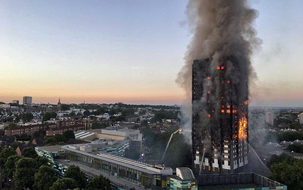 Fogo em prédio durante o amenhcer em Londres (Foto: Natalie Oxford/AFP)