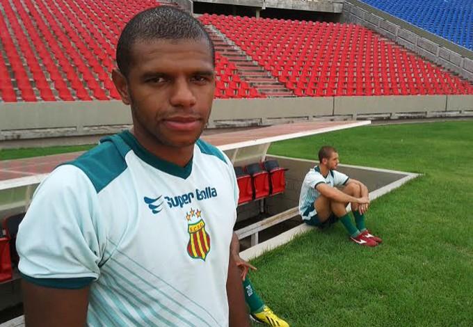 Lateral esquerdo está confirmado pelo técnico Flávio Araújo contra o Interporto (Foto: Afonso Diniz/GloboEsporte.com)