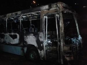 Ônibus coletivo foi incendiado na noite desta terça no bairro Saco Grande (Foto: Charles Domingues/RBS TV)