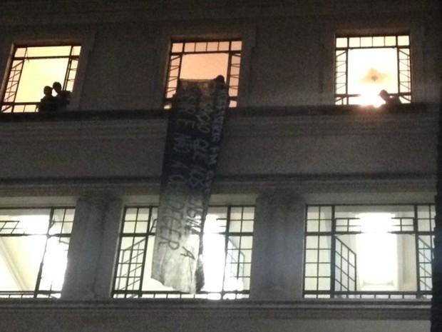 Professores exibem faixa em janela da Faculdade de Direito.  (Foto: Roney Domingos/G1)