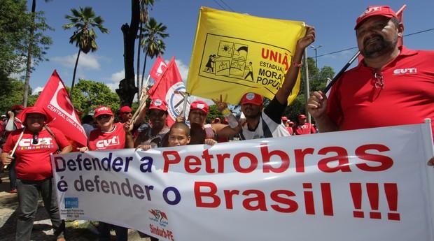 Um grupo de manifestantes participa de ato pró-Dilma e contra a política econômica do governo em Recife (Foto: Fernando da Hora / JC Imagem / Ag. O Globo)