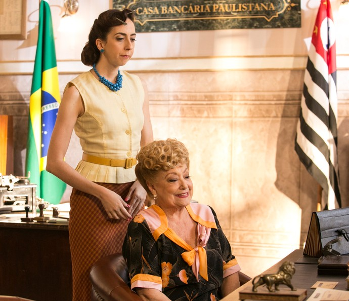 Clarice e Paulia vão ao banco (Foto: Raphael Dias/Gshow)