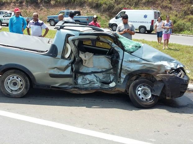 Na BR-146, no trevo de Bandeira do Sul (MG) e Botelhor (MG), idosa de 78 anos morre em batida envolvendo 2 caminhonetes. (Foto: Polícia Rodoviária Federal)