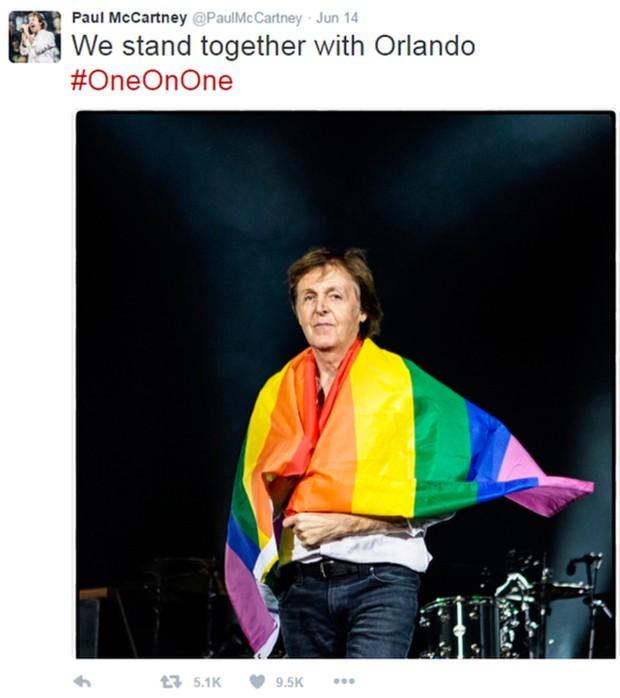 Paul McCartney se enrolou na bandeira durante show na Alemanha  (Foto: Reprodução Twitter)