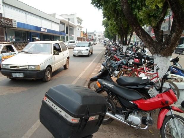 Há dificuldade em encontrar estacionamento no centro comercial de Cacoal. (Foto: Paula Casagrande/G1)