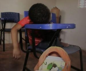 Aluno dorme em sala de aula no Maranhão (Foto: Reprodução/TV Globo)
