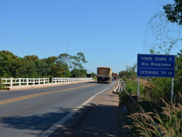 Havia restrições para passagem em ponte sobre o rio Riozinho (Foto: Magda Oliveira/G1)