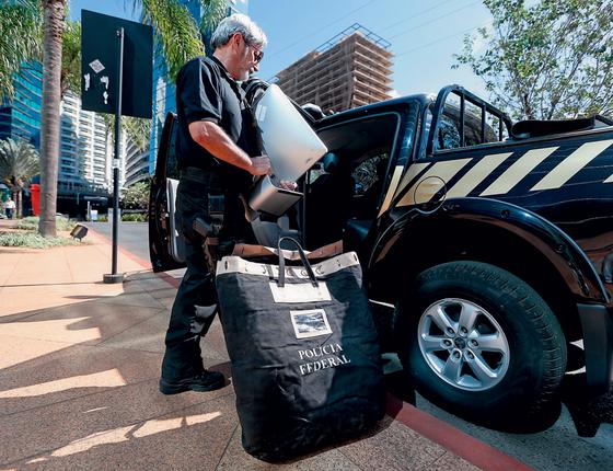 Policial federal em ação da operação Greenfield (Foto:  Pedro Ladeira/Folhapress)