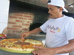 Ricardo montando uma das pizzas gigantes (Foto: Mariane Rossi/G1)