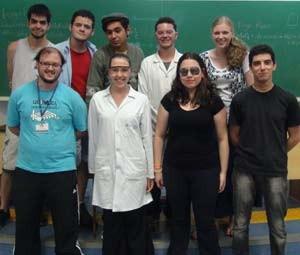 O grupo Química em Ação se apesenta em escolas para incentivar o estudo da matéria (Foto: Marina Franco/ G1)