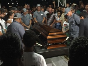 Corpo de Arthur Maia foi sepultado sob aplausos de parentes e amigos (Foto: Roberta Cólen/G1)