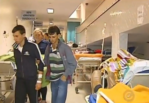 Pacientes aguardam por vagas na UTI em corredores lotados (Foto: Reprodução / TV TEM)