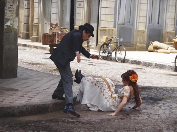 Neusinha se estatela na lama (Foto: Lado a Lado/Tv Globo)