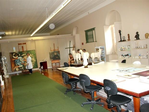 Ateliê de restauro, espaço onde são restauradas obras que vão para os acervos dos museus do Palacete (Foto: Marcos Dantas / G1 AM)