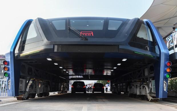 Superônibus é testado na China (Foto: Luo Xiaoguang/Xinhua via AP)