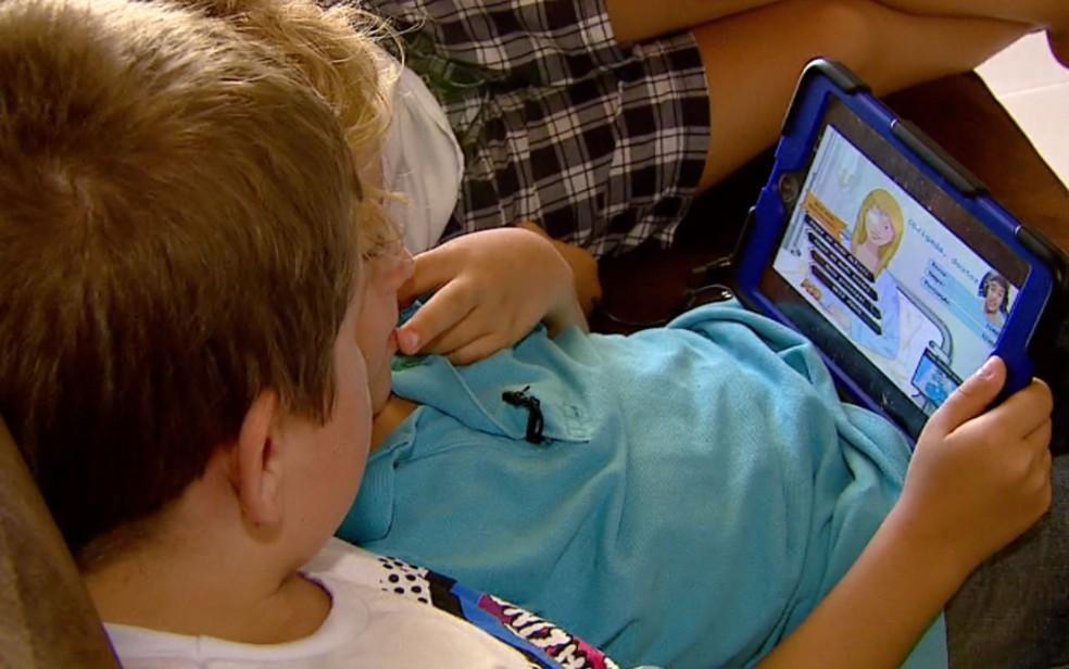 Crianças brincam com tablet (Foto: TV Globo/Reprodução )