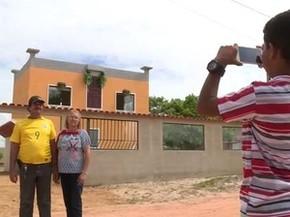 Casa tira foto em frente à casa (Foto: Reprodução/ TV Gazeta)