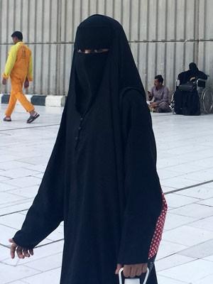 Fora da universidade, mulheres devem usar roupa que cobre todo o corpo (Foto: Aya Batrawy/AP)