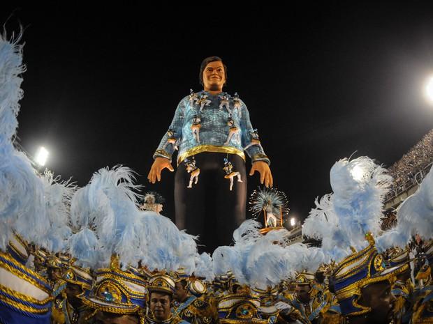 Um boneco com o rosto do ator Jack Black representa Gulliver em um dos carros da Portela (Foto: Alexandre Durão/G1)